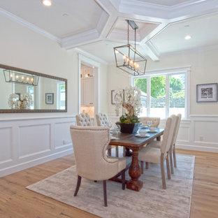 Ejemplo de comedor clásico, de tamaño medio, cerrado, sin chimenea, con paredes beige, suelo de madera clara y suelo marrón