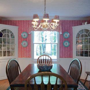 Foto di una sala da pranzo classica chiusa e di medie dimensioni con pareti rosa e pavimento in legno massello medio