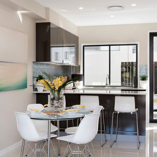 Ispirazione per una piccola sala da pranzo aperta verso il soggiorno moderna con pareti beige, pavimento in gres porcellanato, nessun camino e pavimento beige