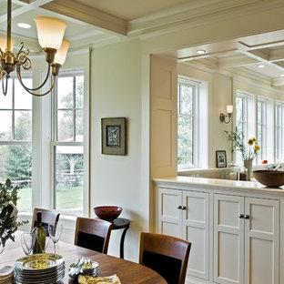 Foto di una sala da pranzo aperta verso la cucina vittoriana con pareti beige