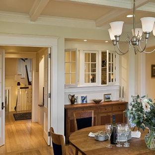 На фото: столовая в викторианском стиле с бежевыми стенами и паркетным полом среднего тона с