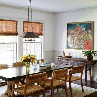 Foto di una sala da pranzo etnica chiusa con pareti grigie, parquet scuro e pavimento marrone