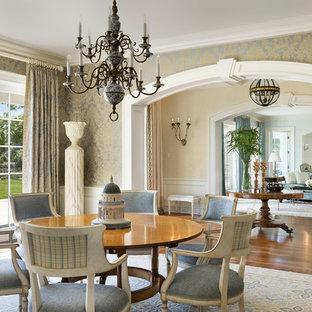 Idées déco pour une très grand salle à manger victorienne fermée avec un mur multicolore et un sol en bois foncé.