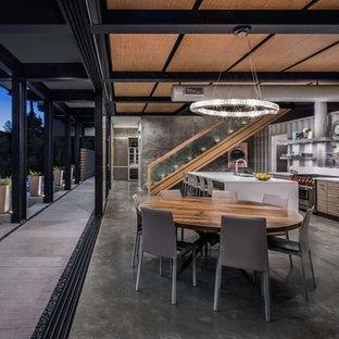 Modelo de comedor urbano, abierto, con paredes grises, suelo de cemento y suelo gris