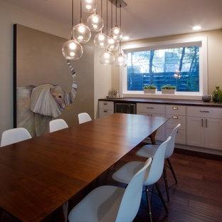 Foto de comedor de cocina minimalista, de tamaño medio, sin chimenea, con paredes beige, suelo de madera oscura y suelo azul