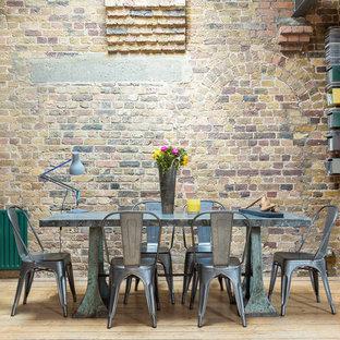 Idee per una grande sala da pranzo aperta verso il soggiorno industriale con pavimento in legno massello medio e pavimento marrone