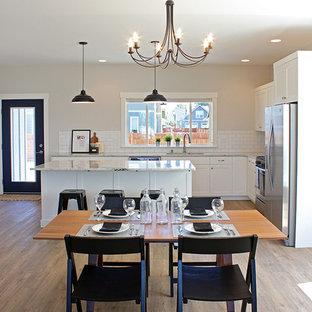 Imagen de comedor de estilo americano, grande, abierto, sin chimenea, con paredes grises y suelo vinílico