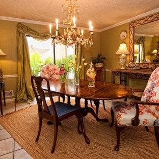 Ispirazione per una sala da pranzo tradizionale chiusa e di medie dimensioni con pareti verdi, pavimento con piastrelle in ceramica, nessun camino e pavimento verde