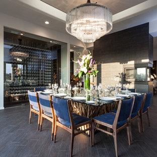 Esempio di una grande sala da pranzo chic con pareti bianche, pavimento in gres porcellanato, camino bifacciale, cornice del camino piastrellata e pavimento marrone