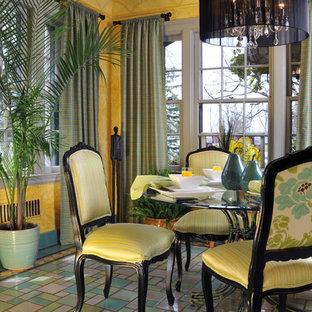 Foto di una piccola sala da pranzo stile marino chiusa con pareti gialle, pavimento in terracotta e nessun camino