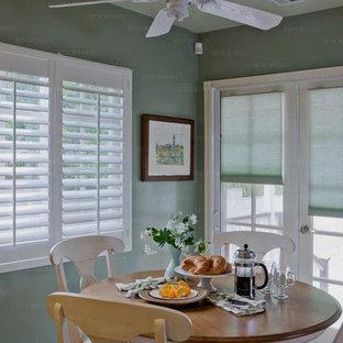 Imagen de comedor campestre, pequeño, abierto, sin chimenea, con paredes azules