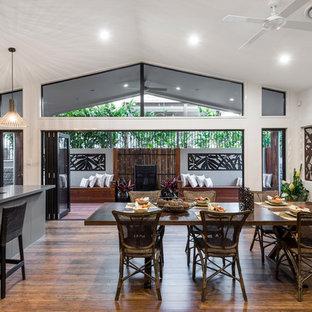 Ispirazione per una sala da pranzo aperta verso la cucina contemporanea di medie dimensioni con pareti bianche, pavimento in bambù e nessun camino