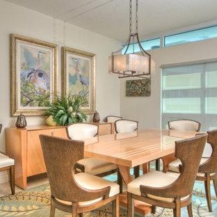 Immagine di una sala da pranzo tropicale chiusa e di medie dimensioni con pareti beige, pavimento con piastrelle in ceramica e nessun camino