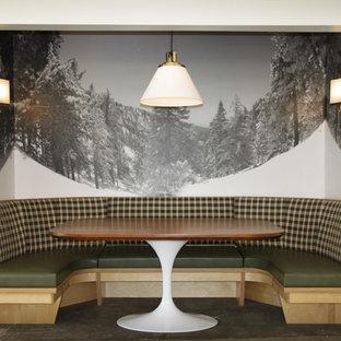Diseño de comedor retro, pequeño, abierto, sin chimenea, con paredes blancas, suelo de madera oscura y suelo marrón
