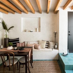 Bild på en medelhavsstil matplats, med vita väggar och blått golv