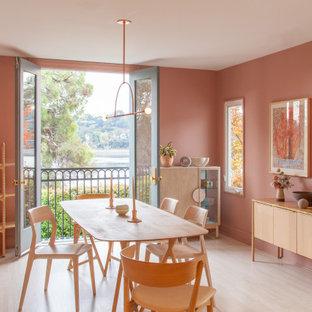 Exempel på en nordisk matplats, med rosa väggar, ljust trägolv och beiget golv