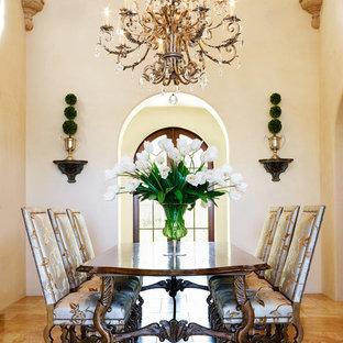 Diseño de comedor mediterráneo, grande, abierto, con paredes beige, suelo de travertino y suelo beige