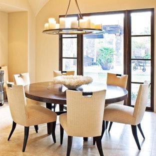 Immagine di una sala da pranzo aperta verso il soggiorno tradizionale con pareti beige e pavimento con piastrelle in ceramica