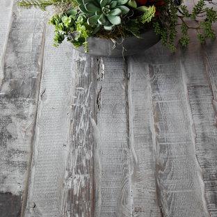 Diseño de comedor clásico renovado, de tamaño medio, abierto, con paredes grises, suelo de madera en tonos medios, chimenea tradicional y marco de chimenea de madera