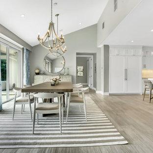 Idee per una grande sala da pranzo aperta verso il soggiorno chic con pareti grigie, pavimento in gres porcellanato, pavimento beige, soffitto a volta e pareti in legno