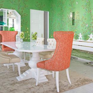 Esempio di una sala da pranzo etnica chiusa con pareti multicolore e nessun camino