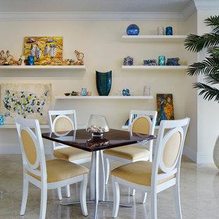 Geschlossenes Tropenstil Esszimmer mit gelber Wandfarbe in Miami