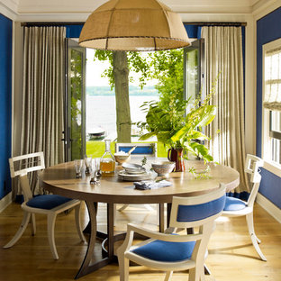 Idee per una sala da pranzo costiera con pareti blu