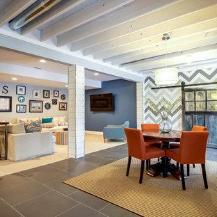 ダラスの中サイズのエクレクティックスタイルのおしゃれなLDK (グレーの壁、磁器タイルの床、暖炉なし、グレーの床) の写真