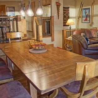 Foto de comedor de cocina rústico, de tamaño medio, con paredes beige, suelo de madera en tonos medios, chimenea tradicional, marco de chimenea de ladrillo y suelo marrón