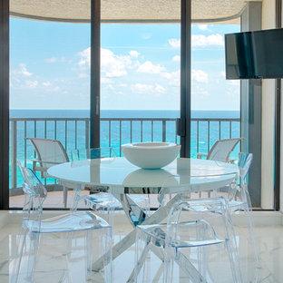 Immagine di una piccola sala da pranzo aperta verso la cucina tropicale con pavimento in marmo