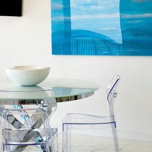 Idee per una piccola sala da pranzo aperta verso la cucina tropicale con pareti bianche e pavimento in marmo