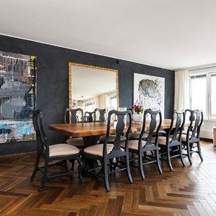 Ejemplo de comedor contemporáneo, de tamaño medio, abierto, con paredes negras y suelo de madera en tonos medios