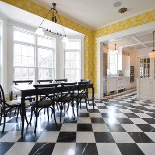 Идея дизайна: большая отдельная столовая в классическом стиле с желтыми стенами, мраморным полом и разноцветным полом без камина