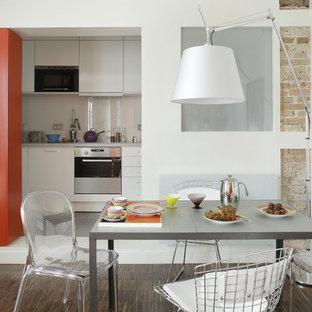 Exemple d'une salle à manger ouverte sur la cuisine tendance de taille moyenne avec un mur blanc, un sol en bois foncé et aucune cheminée.