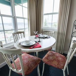 Ispirazione per una sala da pranzo costiera con pareti beige e pavimento nero