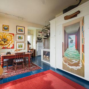 Diseño de comedor marinero con suelo de madera pintada y suelo azul
