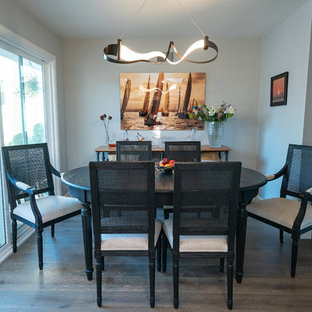 ロサンゼルスの小さいエクレクティックスタイルのおしゃれなダイニングキッチン (青い壁、淡色無垢フローリング、暖炉なし、ベージュの床) の写真