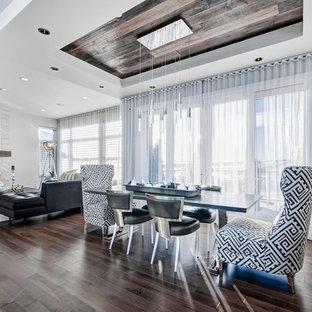 Ispirazione per una sala da pranzo aperta verso il soggiorno minimal di medie dimensioni con pareti grigie, pavimento in legno massello medio, cornice del camino piastrellata, camino lineare Ribbon e pavimento grigio