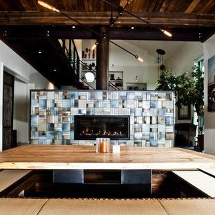 Foto di una sala da pranzo aperta verso la cucina minimal di medie dimensioni con pareti bianche, pavimento in tatami, camino bifacciale, cornice del camino piastrellata e pavimento beige