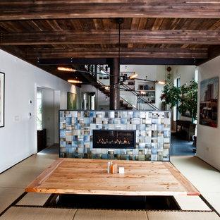 Ejemplo de comedor de cocina actual, de tamaño medio, con paredes blancas, tatami, chimenea de doble cara, marco de chimenea de baldosas y/o azulejos y suelo beige