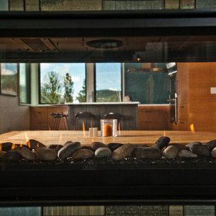 Foto de comedor de cocina actual, de tamaño medio, con paredes blancas, tatami, chimenea de doble cara, marco de chimenea de baldosas y/o azulejos y suelo beige