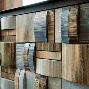 Foto di una sala da pranzo aperta verso la cucina design di medie dimensioni con pareti bianche, pavimento in tatami, camino bifacciale, cornice del camino piastrellata e pavimento beige