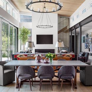 Großes Modernes Esszimmer mit weißer Wandfarbe, hellem Holzboden, Kamin, Kaminsims aus Metall und braunem Boden in Denver