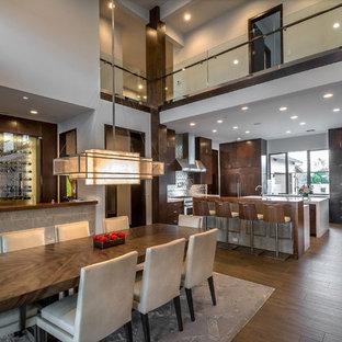 Ejemplo de comedor de cocina contemporáneo, extra grande, con paredes grises, suelo de baldosas de porcelana y suelo marrón
