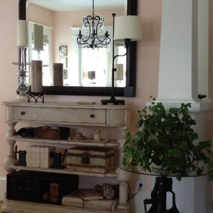 Geschlossenes, Mittelgroßes Shabby-Style Esszimmer ohne Kamin mit rosa Wandfarbe und hellem Holzboden in Portland