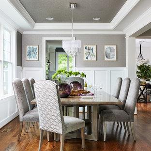 Foto di una sala da pranzo tradizionale chiusa e di medie dimensioni con pareti grigie, nessun camino, pavimento marrone e parquet scuro