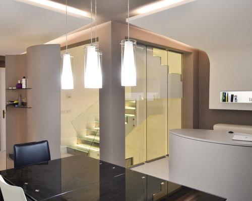soggiorno con controsoffitti luminosi e scala in vetro con ... - Soggiorno Luminoso