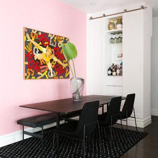 Immagine di una sala da pranzo minimal di medie dimensioni con pareti rosa, parquet scuro e pavimento marrone