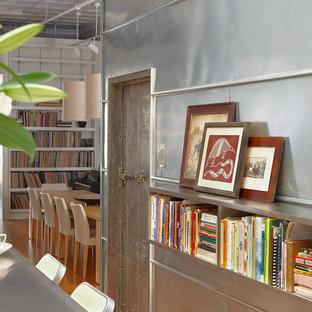 Esempio di una sala da pranzo industriale con pareti con effetto metallico