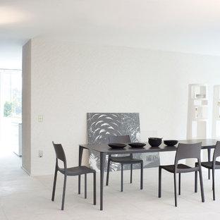 Ejemplo de comedor actual, extra grande, abierto, con paredes blancas, suelo vinílico y suelo blanco